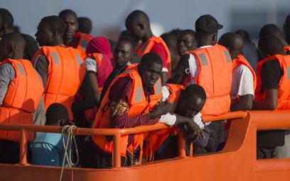 Ratowali migrantów na Morzu Śródziemnym, stracili już drugą banderę