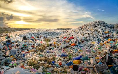 Firmy rywalizują o surowiec z plastikowych butelek