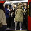 Pasażerowie w londyńskim metrze