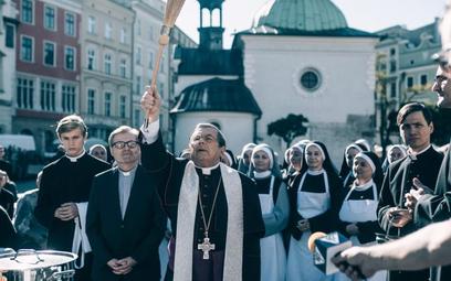 """Janusz Gajos jako arcybiskup Mordowicz w """"Klerze"""" Wojciecha Smarzowskiego."""