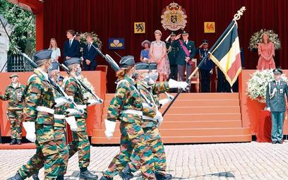 Defilada z okazji święta narodowego. Na trybunie belgijska rodzina królewska z królem Filipem na cze