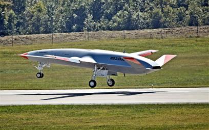 Prototyp bezzałogowego tankowca Boeing MQ-25A Stingray ląduje po pierwszym locie, który odbył się 19