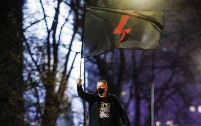 Sąd: policjanci muszą oddać flagę z błyskawicą