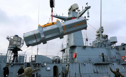 Załadunek pojemników transportowo-startowych z pociskami RBS 15 Mk3 na ORP Piorun.