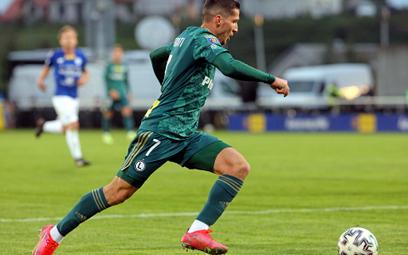 W środę Legia Warszawa (na zdjęciu Lirim Kastrati) pokonała na wyjeździe 3:1 Wigry Suwałki i awansow