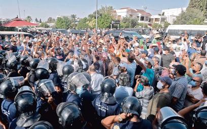 W odpowiedzi na zawieszenie parlamentu przez prezydenta na ulice Tunisu wyszły tysiące ludzi