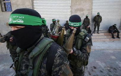 Bojownicy zbrojnego ramienia Hamasu, Brygady im. Izz ad-Din al-Kassama, podczas patrolu w Strefie Ga