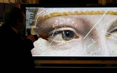 Twórca kamery multispektralnej Pascal Cotte pokazuje, które elementy słynnego obrazu badał zespół sp