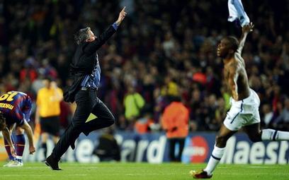 Inter przegrał półfinałowy rewanż na Camp Nou tylko 0:1 i awansował. Jose Mourinho świętuje z Samuel