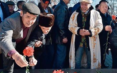 Kirgizi składają kwiaty poległym w czasie sowieckiej interwencji w Afganistanie, ale próbują oderwać