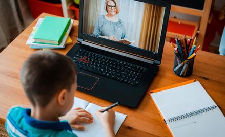 Darowizny dla szkół laptopów i tabletów do nauki zdalnej z zerową stawką VAT