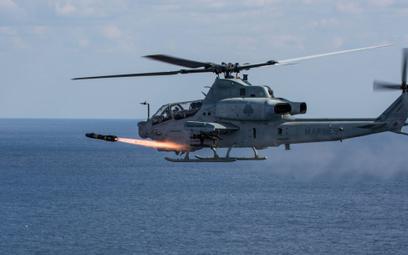 Śmigłowiec bojowy US Marines Bell AH-1Z Viper odpala pocisk kierowany AGM-114 Hellfire podczas ćwicz
