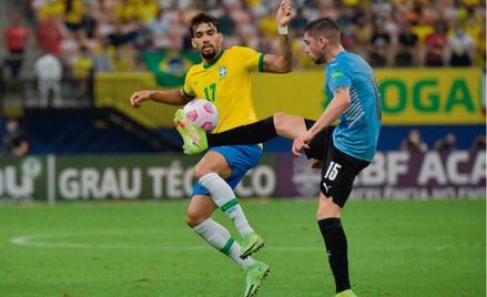 Brazylijczyk Lucas Paqueta (z lewej, obok Federico Valverde) w czwartek grał jeszcze w meczu z Urugw