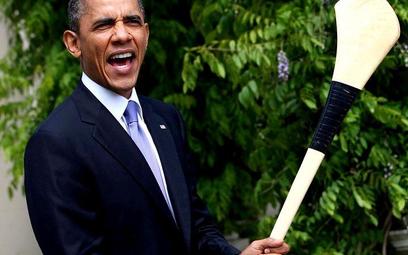 Barack Obama pozuje z kijem do hurlingu - irlandzkiego futbolu