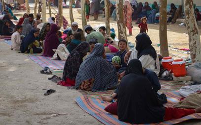 Afgańczycy, którzy uciekli przed ofensywą talibów zprzedmieść iokolic Kandaharu, drugiego pod wzgl