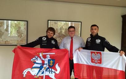 Szef litewskiego MSZ Linas Linkevičius oraz litewski i polski kierowca, którzy razem wystartują w ra