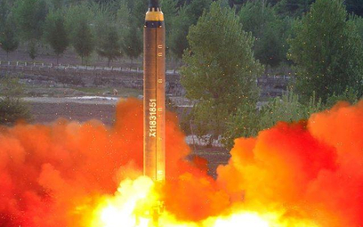 Zadowolony z ostatniego testu Kim Dzong Un domaga się od swoich naukowców coraz większych rakiet