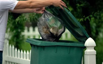 Wrzucanie śmieci do jednego worka grozi mandatem