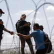 Przedstawiciele izraelskich sił bezpieczeństwa sprawdzają dokumenty Palestyńczyków