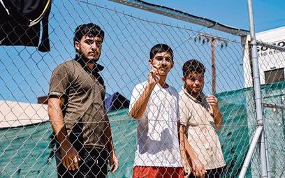 Nowoprzybyli imigranci wobozie nagreckiej wyspie Leros naMorzu Egejskim