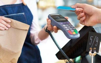 Płatność kartami przewyższa zakupy gotówkowe