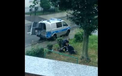 Podczas interwencji w Lubinie policjanci obezwładnili - agresywnie zachowującego się mężczyznę, któr