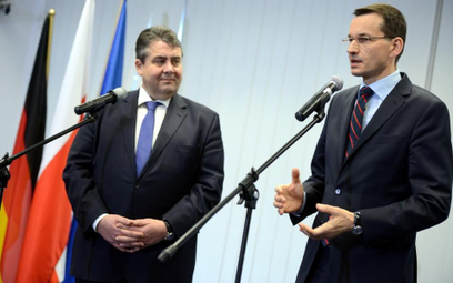 Wicekanclerz Niemiec i minister gospodarki Sigmar Gabriel (L) oraz wicepremier i minister rozwoju Ma