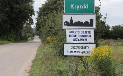 Tabliczka z informacją o objęciu miejscowości w woj. podlaskim stanem wyjątkowym