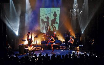 Ten zespół gra z wielką pasją i ekspresją, a wokalistka Colotis Zoe ma niezwykły zmysłowy głos