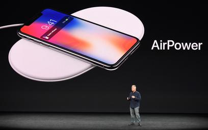Phil Schiller, wiceprezes Apple, prezentuje projekt Airpower we wrześniu 2017 roku.