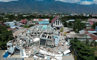 """Indonezja: Ludzie pod gruzami. """"Słyszeliśmy płacz dziecka"""""""