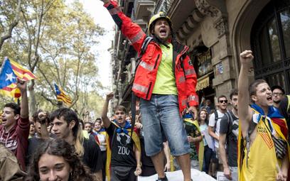 Jedynie 41 proc. Katalończyków chce niepodległości. Ale tylko oni są widoczni, reszta milczy