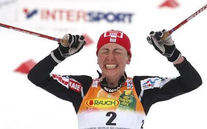 Justyna Kowalczyk cieszy się ze zwycięstwa w mistrzostwach świata