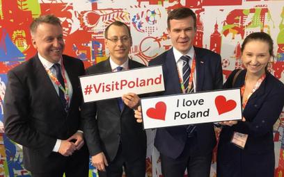 Minister Witold Bańka zrobił sobie zdjęcie na stoisku POT. Po lewej podsekretarz stanu w MSiT Darius