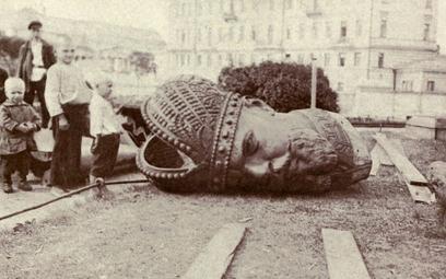 Moment upadku monarchii Romanowów był dla zdecydowanej większości Rosjan zaskoczeniem. Zaczęto masow