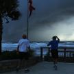 Mężczyźni obserwujący wywołany przez huragan Dorian sztorm z plaży w Ormond na Florydzie