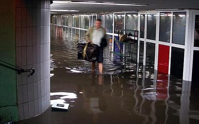 Woda podtopiła przejście podziemne przy ul. Targowej. Wdarła się także do metra, szpitali i podziemn
