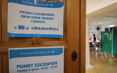 Punkt szczepień na COVID-19 w liceum w Warszawie