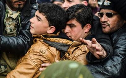 Tysiące uchodźców z bombardowanego syryjskiego Aleppo szturmuje turecką granicę