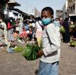 W Senegalu noszenie maseczek jest obowiązkowe. Na targu w stolicy tego kraju Dakarze przestrzegają t