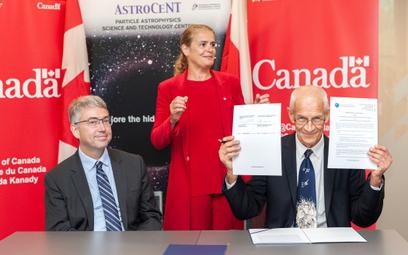 Prof. Roszkowski (po prawej) po podpisaniu umowy o intencji wspolpracy z Instytutem McDonalda w Kana