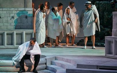 Mariusz Kwiecień (siedzi) jest w Krakowie innym Don Giovannim niż w spektaklach, w których wystąpił