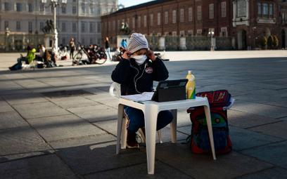 Uczeń na placu Castello w Turynie podczas protestu przeciw zamykaniu szkół, fotografia z 17 marca