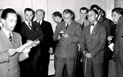 """Spotkanie Josepha Goebbelsa zdziennikarzami """"Völkischer Beobachter"""" 12 lipca 1936 r. Mężczyzna pod"""