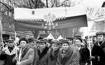 Rolnicy w dniu rejestracji związku 12 maja 1981 r. w stolicy. fot. Tomasz Wierzejski