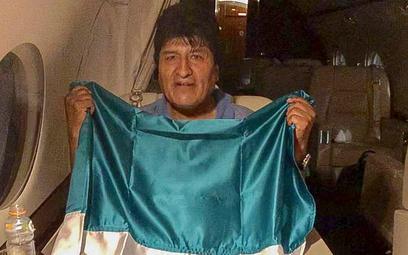 Evo Morales w drodze do Meksyku na pokładzie meksykańskiego samolotu wojskowego i z meksykańską flag