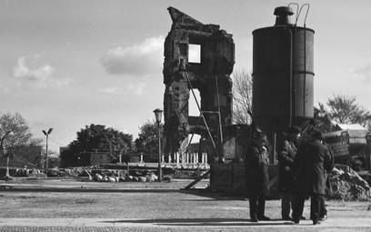 październik 1971 - Kikut ocalałej ściany Zamku podparty rusztowaniem. Widoczny silos i tablica propa