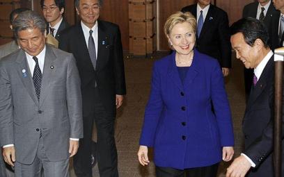 Hillary Clinton w otoczeniu japońskich dyplomatów. Z prawej szef rządu Taro Aso