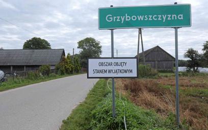 Tabliczka informująca o stanie wyjątkowym obowiązującym w miejscowości Grzybowszczyzna