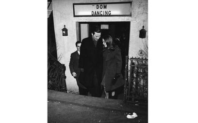 The Dom, rok 1960. Para opuszcza modne miejsce potańcówek wnowojorskim East Village